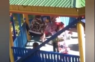 Удавала, що нічого не чує і не бачить: у Росії вихователька викинула дитину з коляски (відео)