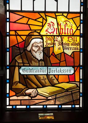 Vidriera de monje en Akureyrarkirkja