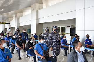 Dirops meninjau pelaksanaan Serbuan Vaksinasi hari ke-15 di Badara Internasional T1 Juanda