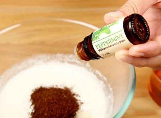 Ajoutez 10 à 12 gouttes d'huile essentielle de votre choix