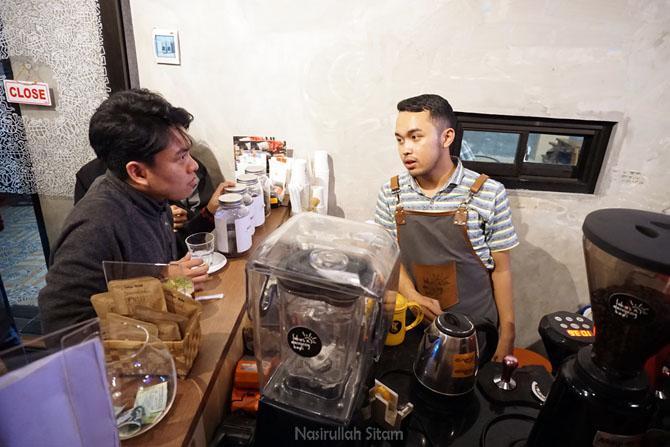 Barista memberikan informasi berkaitan dengan kopi
