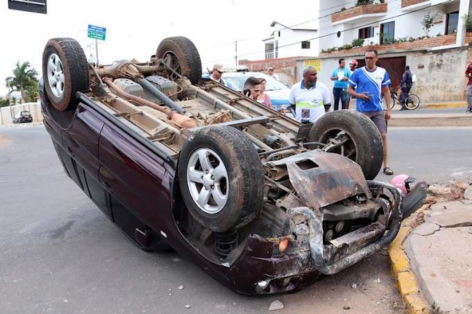 Idoso de 92 anos capota veículo em avenida de Brumado