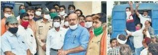 विरोध प्रदर्शन के दौरान लड़ गए भाजपा और कांग्रेस के कार्यकर्ता