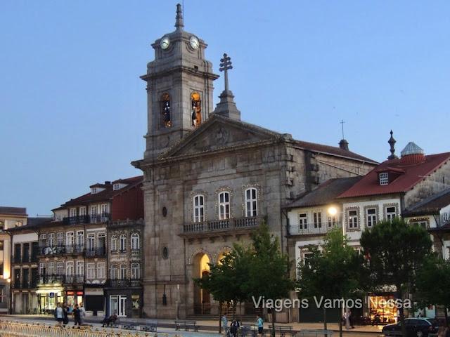Igreja de S. Pedro no Largo do Toural, tem um chafariz barroco, e um belo conjunto de edifícios oitocentistas