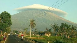 Puncak Gunung Semeru yang disebut Mahameru diselimuti awan membentuk pusaran seolah seperti topi atau tudung pada Senin, 10 Desember 2018.