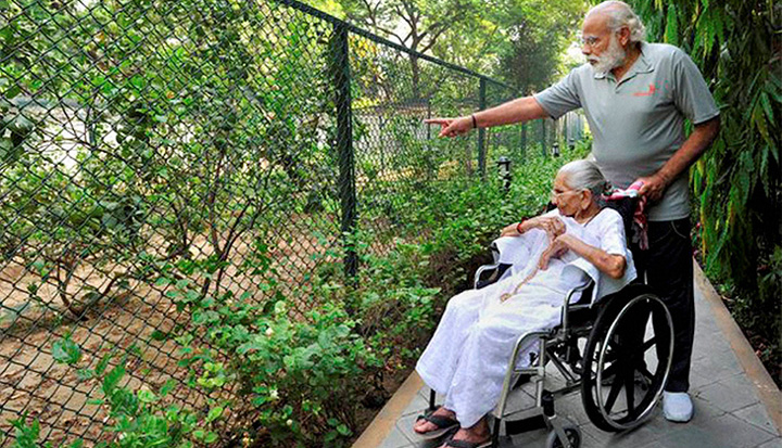modi-with-his-mother-pic