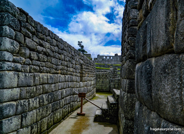 """O templo das Três Janelas visto do """"Setor de Trabalho"""" de Machu Picchu"""