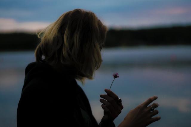 Die Jahre der Liebe, kummer, enttäuschung, vergänglichkeit, das leben, menschen, beziehung, trennung, herzschmerz, seele, herz, erinnerung, vergangenheit, sterne verblassen, blumen, blüte, schweigsame nächte, lügen, betrug, einsamkeit, alleinsein, verlassen sein, verlust, partnerschaft, in den abgrund stürzen, texte schreiben, gefühle, gedanken, vergangenheit, silberstunden blog, poesie, lyrik, poetisch, writing, bild, photo