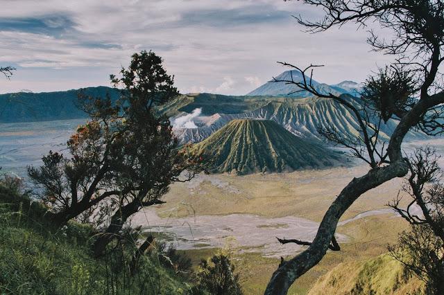Gunung bromo merupakan salah satu objek wisata alam Indonesia yang berada di Kabupaten Pasurusan Jawa Timur