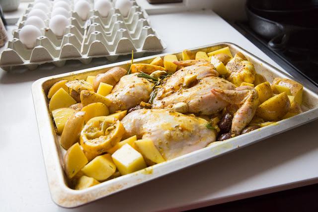 perunat ja kana paistuvat samalla kertaa uunissa.