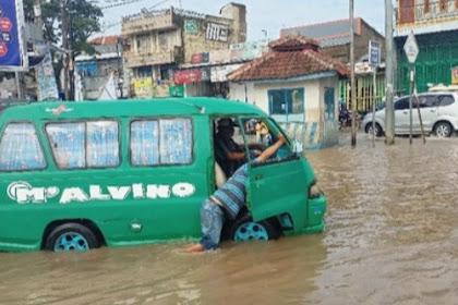 Jalan dekat kolam masih terendam banjir