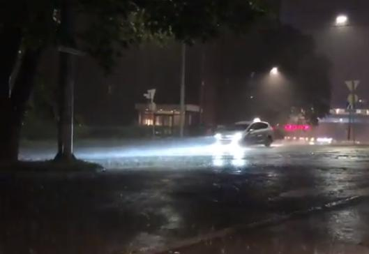 Lietus appludina ielas Oslo