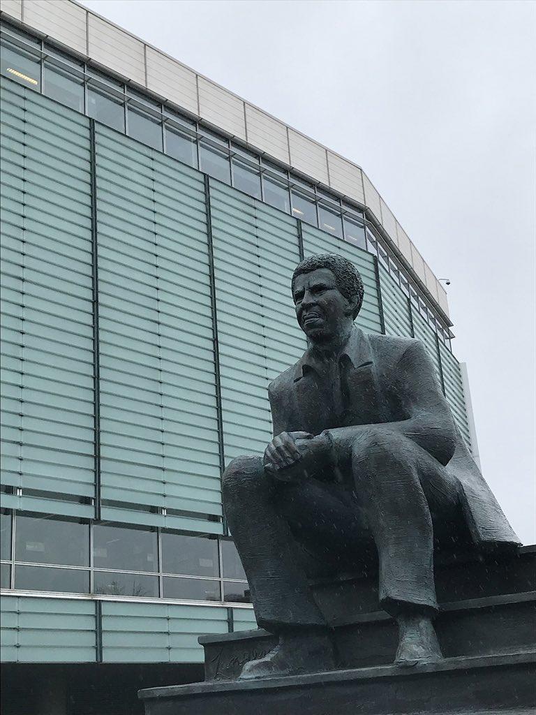 Le portrait sculpté de Danny laferrière exposé au jardin d'art de la bibliothèque de Québec