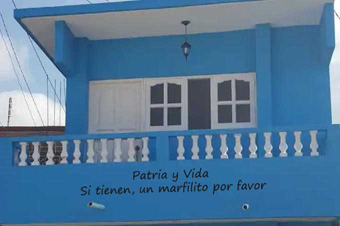 """Hombre escribe letrero de """"Patria y Vida"""" en la fachada de su casa y debajo escribe: """"Si tienen, un marfilito por favor"""""""