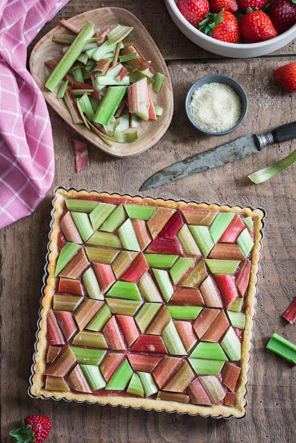 Tarte géométrique à la rhubarbe avant cuisson