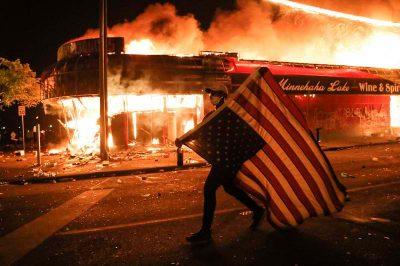 Landesweite Aufstände, ausgelöst durch Polizistenmorde