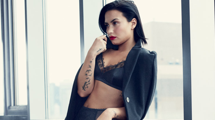 "O último single da hitmaker de ""Something That We're Not"" com o álbum ""Confident"" foi a canção ""Stone Cold""."