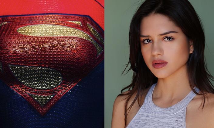 Imagem: o uniforme da Supergirl com a logo no peito. Na parte superior vemos que o uniforme é vermelho, com uma textura de tecido e o símbolo do Superman em formato de diamente em amarelo com um S em vermelho e abaixo azul-escuro e ao lado uma foto da atriz Sasha Calle, uma mulher latina, de pele bronzeada, olhos castanho-escuros e cabelos pretos, usando uma blusa branca, o fundo verde-claro.