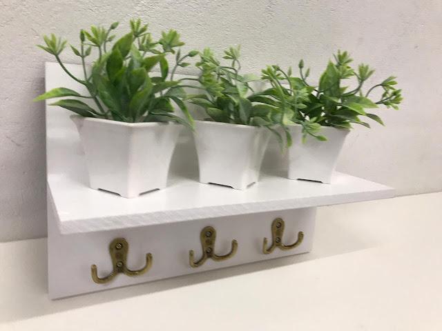 Porta Chaves com Prateleira Vasinhos e Plantinhas