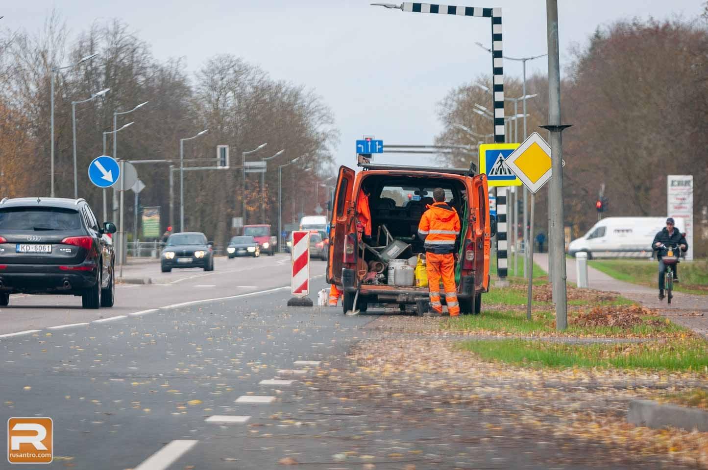 Mašīna un ceļu remonta vieta Rīgas ielā