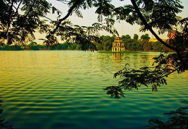 Hồ Gươm giống như một ốc đảo trong lành, mát mẻ mà đầy tĩnh lặng