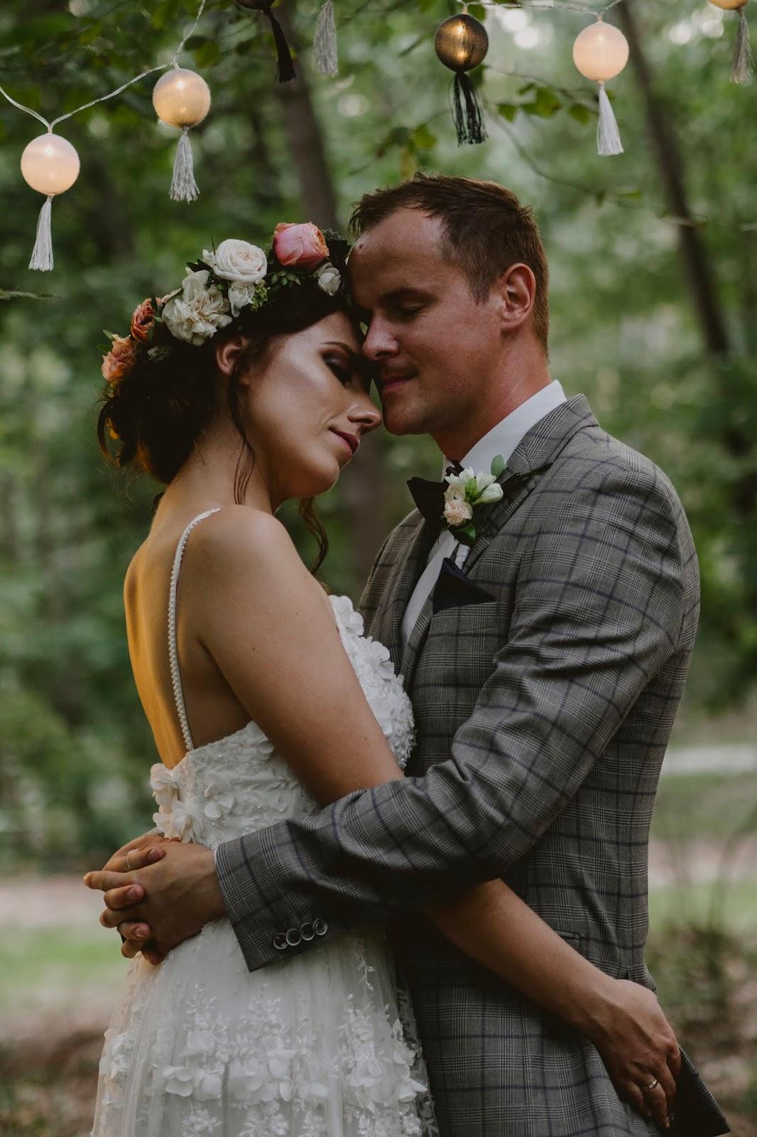 Sesja ślubna karina paweł las w lesie miłość blog modowy kazimierz dolny mięćmierz leśna brama sesja boho rustykalna suknia 3d koronka panna młoda pan młody