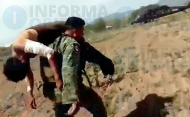 Militar cargando en sus brazos a compañero herido para llevarlo en Helicópter y salvarle la vida un sicario de Los Viagras (LNFM) le iba arrebatar la vida con quien minutos antes se había enfrentado en Michoacán