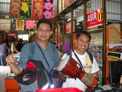 GENDANG : Saya membantu rekan traveler saya dari Makasar yang membeli alat musik Bali  Dokumen Pribadi