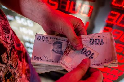 Τριτοκοσμικές καταστάσεις στην τουρκική κοινωνία: Ζητιανεύουν για δολάρια – Χάος σε βενζινάδικα – Τα τρόφιμα στα ύψη και ο Τραμπ ανακοινώνει νέα μέτρα