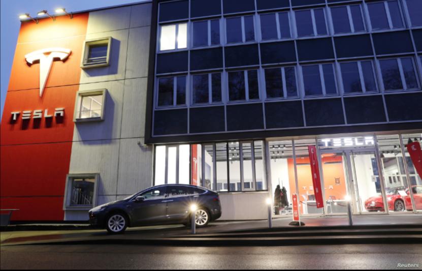 Un concesionario de Tesla en Berna, Suiza, el 10 de diciembre de 2020 / REUTERS