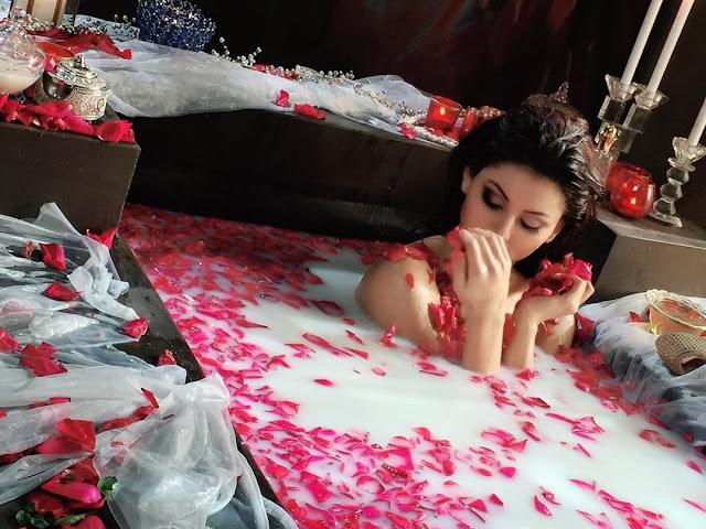 Urvashi Rautela sets the mercury level soaring as she enjoys milk bath