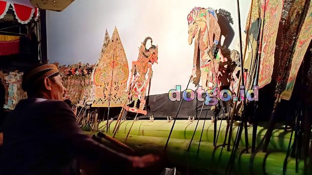 Gatotkaca melakukan Perang Tanding dengan Brajamusti lakon Wayang Jawa