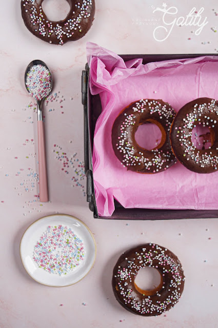 okragle-czekoladowe-ciastka-z-dziura