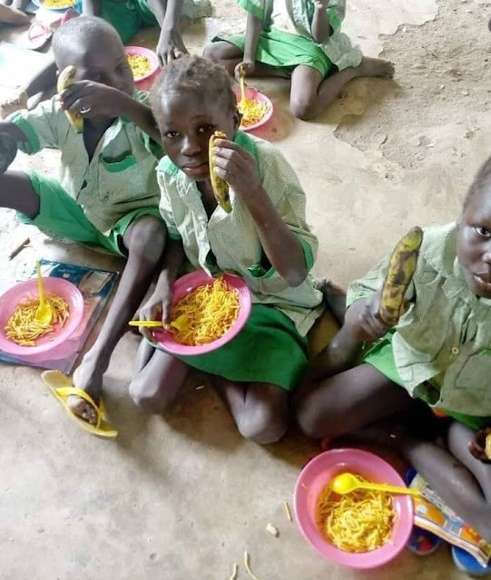 Sad Photos Of Pupils Sitting On The Floor To Eat Food In Adamawa School