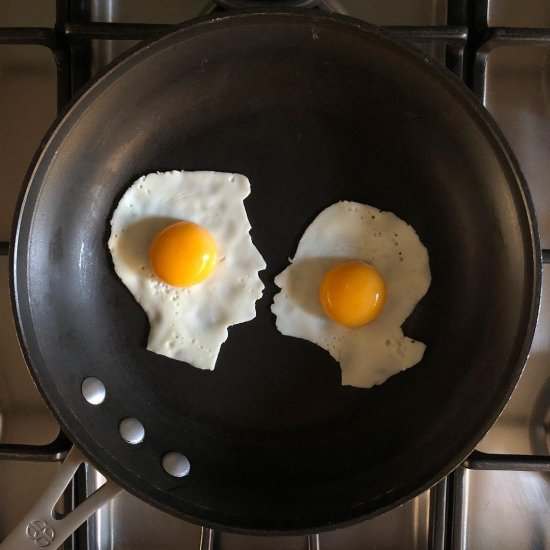 The Eggs-hibit  instagram arte com ovos fritos