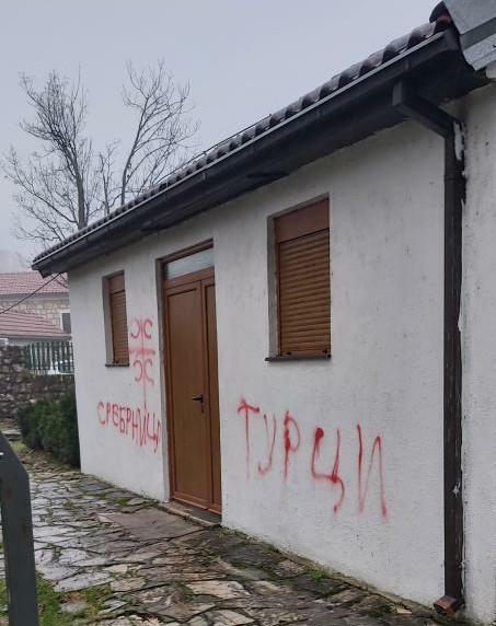 Natpis Srebrenica, Turci, krst sa četiri ocila: Oskrnavljena džamija u Nikšiću
