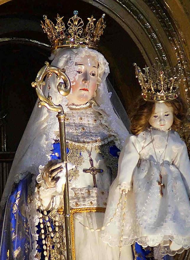 Nossa Senhora do Bom Sucesso durante Missa no altar principal na igreja do convento