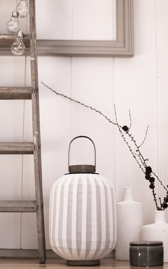 Blog + Fotografie by it's me! | fim.works | Deko in den Farben der Hamptons | Laterne, Leiter, Lärchenzweig, Dose von Broste Copenhagen