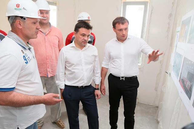 Андрей Воробьёв посетил строительство роддома Сергиев Посад
