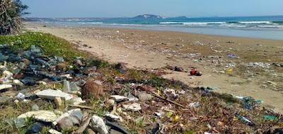 praia-poluida-com-materiais-plásticos-que-se-degradam-em-microplasticos