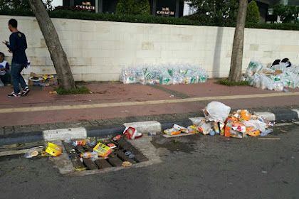 Wow.. Foto-foto Acara di Jakarta Pagi Ini.. Sampah Berserakan... Banyak Logo Nasdem dan Bendera Golkar Berkibar