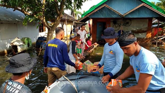 Satgas SAR Gabungan TNI AL Banjarmasin dan Jalasenastri Cabang 4 Korcab XIII Distribuikan Bantuan Banjir dan Berikan Layanan Kesehatan Gratis