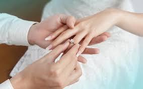 Nhẫn cầu hôn đeo ngón áp út