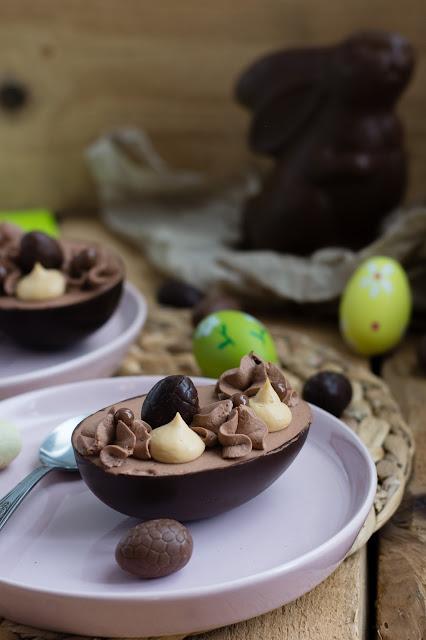 Oeufs au chocolat pour le dessert de Pâques