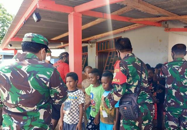 TNI dan Relawan Pendidikan Bagikan Bingkisan Natal Kepada Anak-Anak Papua