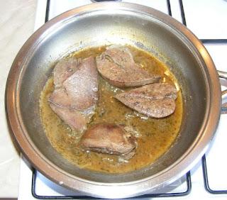 ficat de porc, ficat de porc prajit, ficat de porc cu sos, retete, ficat de porc prajit reteta, ficat prajit, ficat la tigaie, fripturi, retete culinare, retete de mancare, retete cu ficat, preparate din ficat, sos de vin cu condimente,