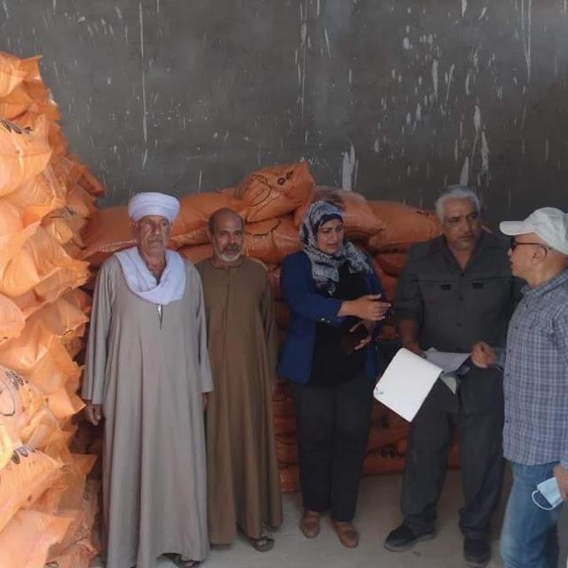 فريدة سلام توزيع الأسمدة للمحاصيل الصيفية على مزارعي طهطا بسوهاج