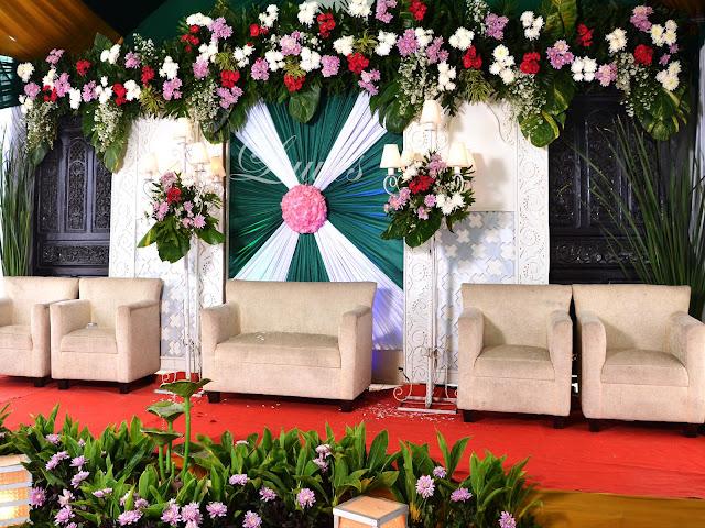 Dekorasi pelaminan resepsi pernikahan minimalis modern