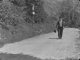 "Кадр из фильма Чарли Чаплина ""Бродяга"" / The Tramp (1915) - 1"