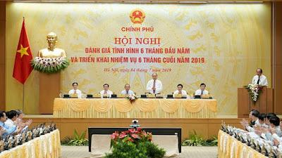 Thủ tướng chủ trì cuộc họp trực tuyến với các địa phương - Ảnh Quang Hiếu